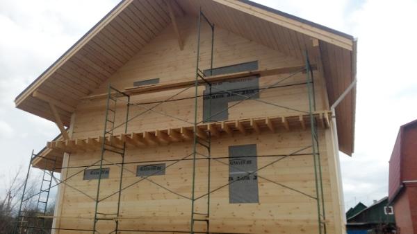 Каркасный дом 9.5х9: обшивка стен имитацией бруса