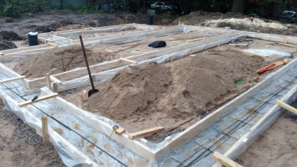 Каркасный дом 7х11: опалубка и вязка арматуры подошвы фундамента