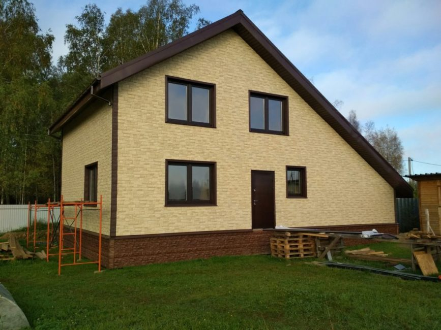 Каркасный дом с гаражом и фасадом из Decke Stein